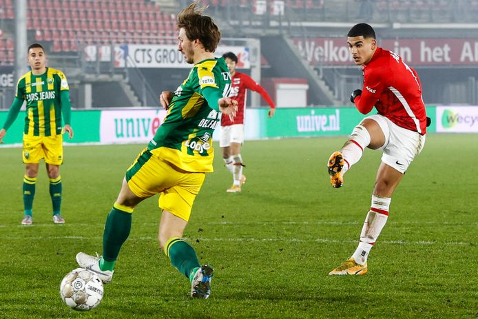 Zakaria Aboukhlal (rechts) schiet de 2-1 binnen voor AZ in de thuiswedstrijd tegen ADO Den Haag.