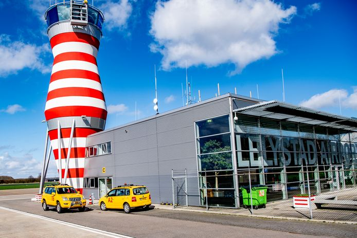 De opening van Lelystad Airport als vakantieluchthaven is weer uitgesteld.