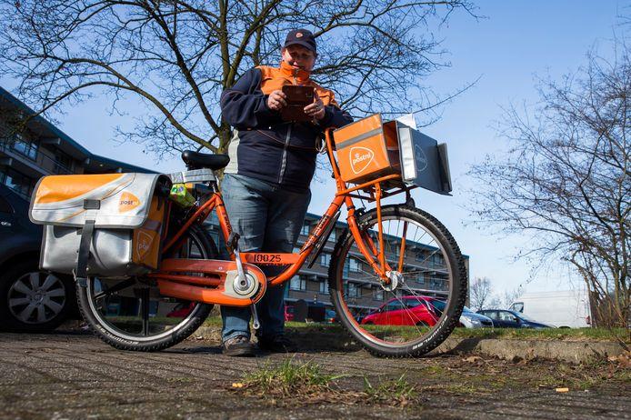 Almelose bezorgster Sandra Vonk deed mee aan een proef met afvakbedrijf Twente Milieu. Enkele maanden lang fotografeerde ze wekelijks onkruid op 25 plekken.