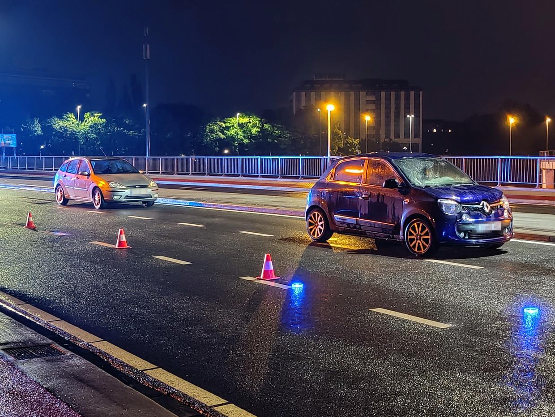 Op 22 mei worden een Ford en Renault klemgereden op de Luitenant Lippenslaan in Borgerhout. Aan boord treft de politie twee handwapens, messen, bivakmutsen en een kalasjnikov aan. Beeld Jasper van der Schoot