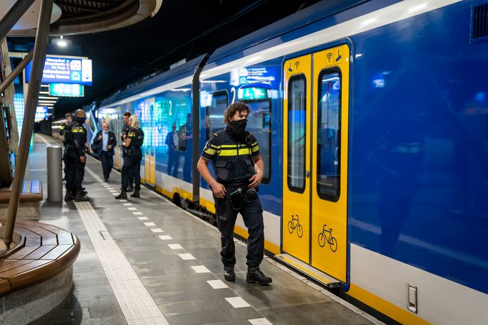 Een man werd maandagmorgen in een trein bij station Rotterdam Blaak door een andere treinreiziger in het gezicht gestoken.