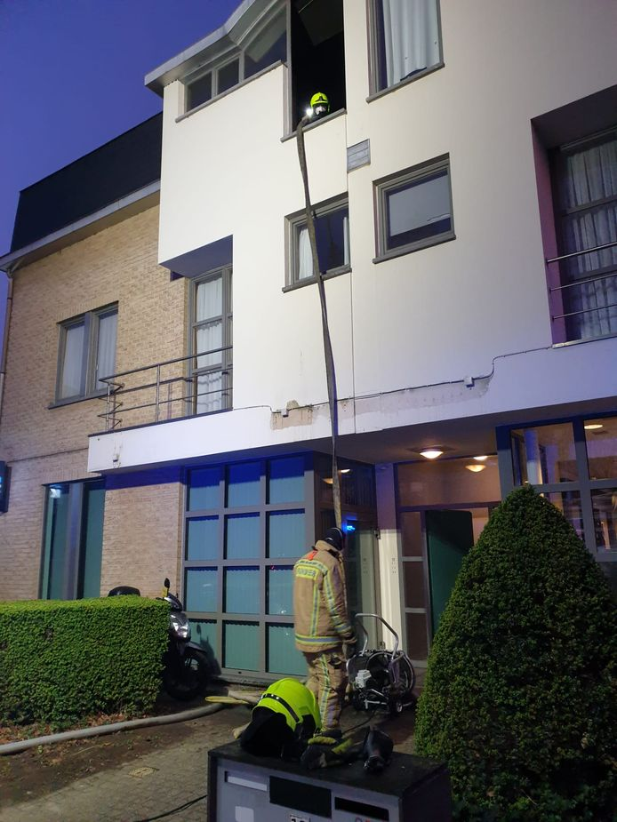 Het appartement liep veel schade op en is onbewoonbaar.