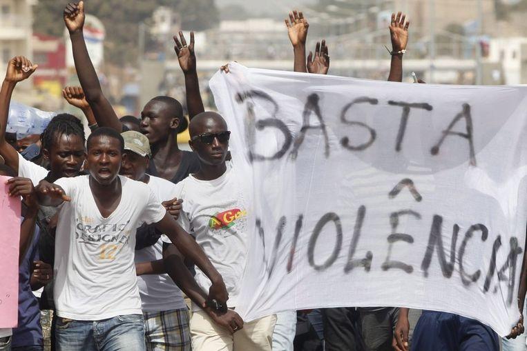 Demonstranten betogen zondag in Bissau, de hoofdstad van Guinee-Bissau, voor een eind aan de gewelddadigheden. Beeld epa