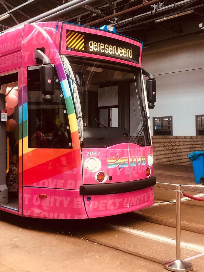 De nieuwe regenboogtram van GVB.