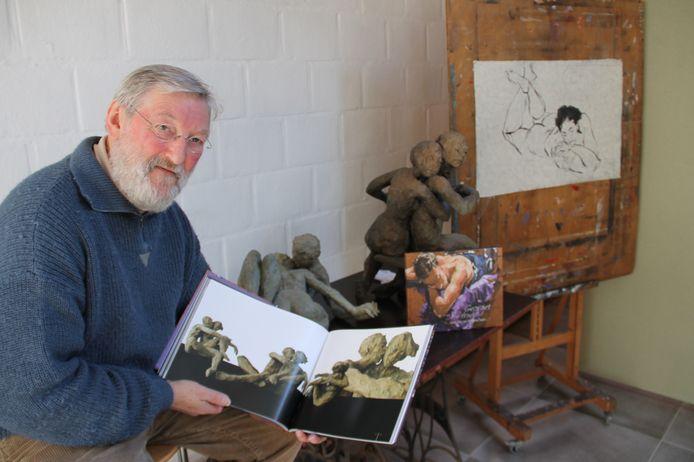 Georges Schelstraete met enkele van zijn tekeningen en sculpturen.