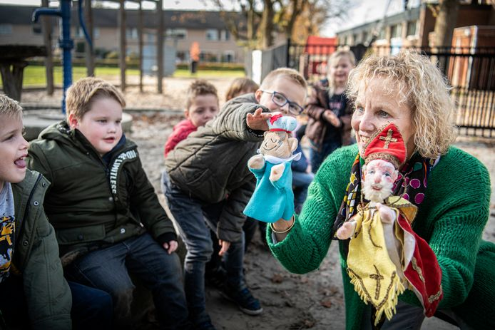 Juf Annet van basisschool De Wiekslag met de nieuwe handpoppen.