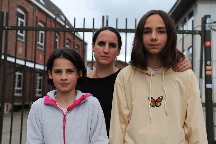Ella (rechts), haar zus en mama willen dat er voor een oplossing gezorgd wordt.