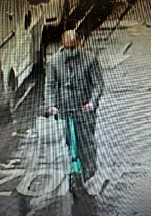De overvaller van Chaumet ging er op een elektrische step vandoor. Hij was gekleed als een nette zakenman en droeg een mondkapje.