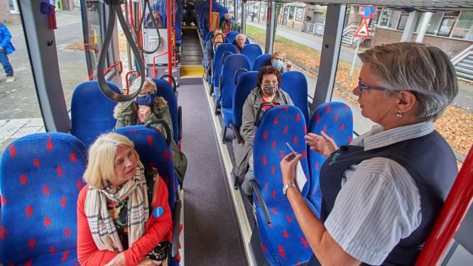 Hulpbehoevende ouderen op ov-cursus in Oss: 'Zo werkt nou het uitchecken in de bus'