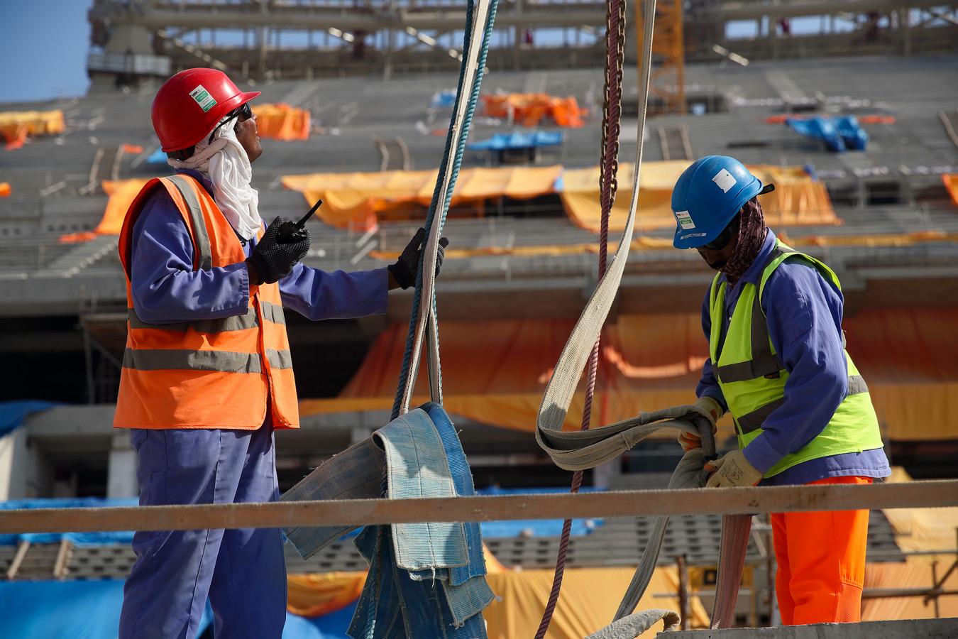 Bouwvakkers aan het werk in een stadion in hoofdstad Doha.