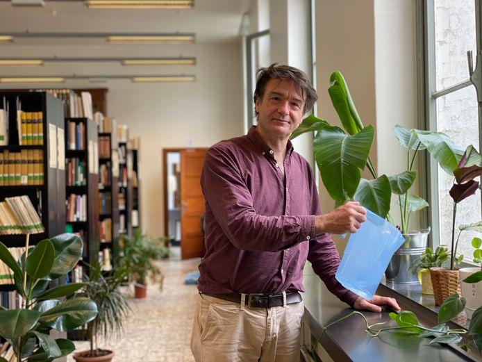 Paul Buschmann, hoofdbibliothecaris van de Faculteitsbibliotheek Letteren en Wijsbegeerte van de UGent, in zijn plantenhotel.