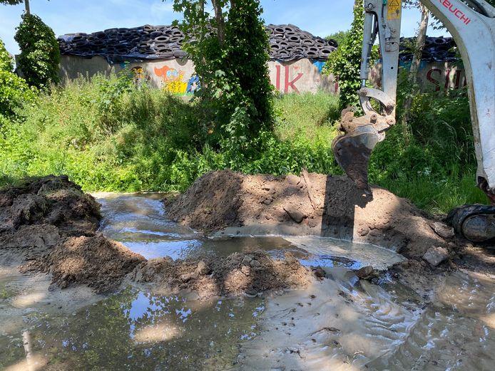 Wateroverlast na een breuk in de waterleiding aan de Wellinkhofweg in Terwolde.