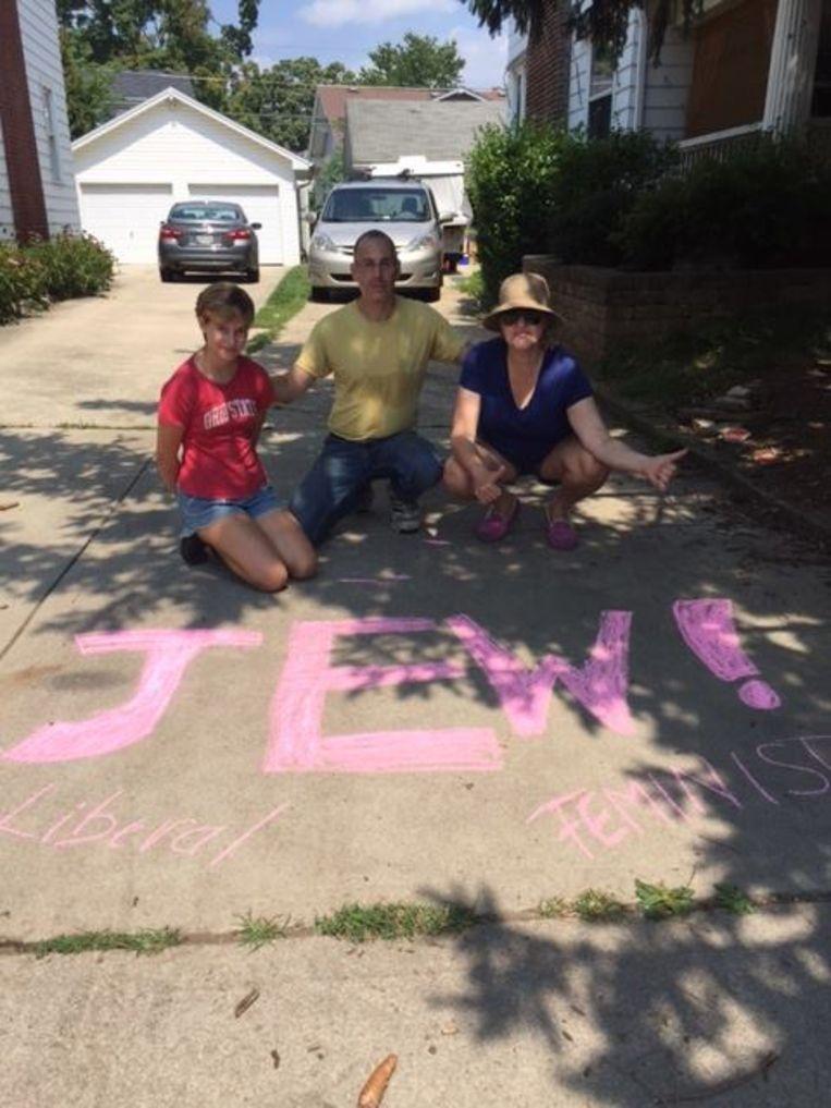 Een gezin uit Columbus reageert op de neonazi-actie met graffiti aan hun huis. Beeld Rebecca Flowers