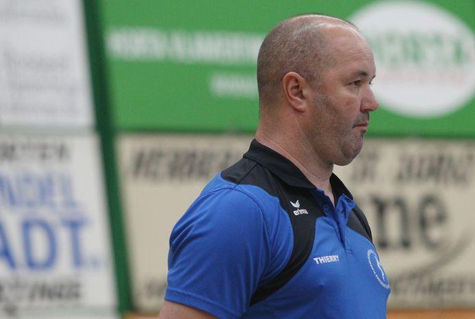 Coach Thierry Hardy zette een nieuwe stap in zijn carrière, maar door de coronapandemie kon hij zich bij VC Packo Zedelgem nog niet bewijzen.