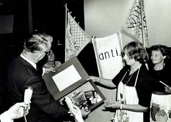 Janneke van Beuzekom - van Veen toont de actiefoto. Op de achtergrond kijkt minister Ginjaar toe.