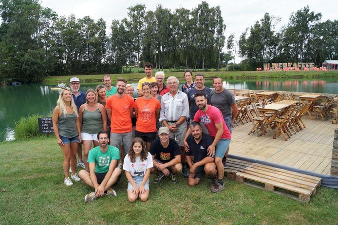 (Een deel van) de ploeg achter het Vijverkaffee bij de start van de vorige editie, in augustus 2019. Toen was van corona nog helemaal geen sprake.