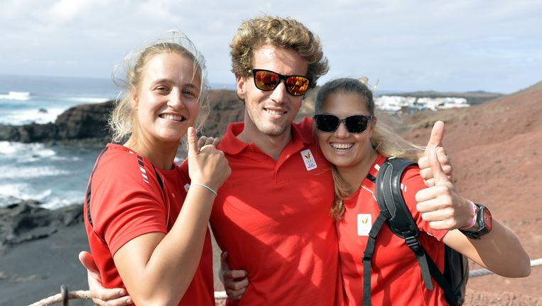 Olympische medaillehoop in het zeilen samen op Lanzarote in november vorig jaar: Emma Plasschaert, Wannes Van Laer en Evi Van Acker. Beeld BELGA
