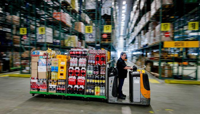 Foto ter illustratie: een medewerker in het distributiecentrum van supermarkt Jumbo.