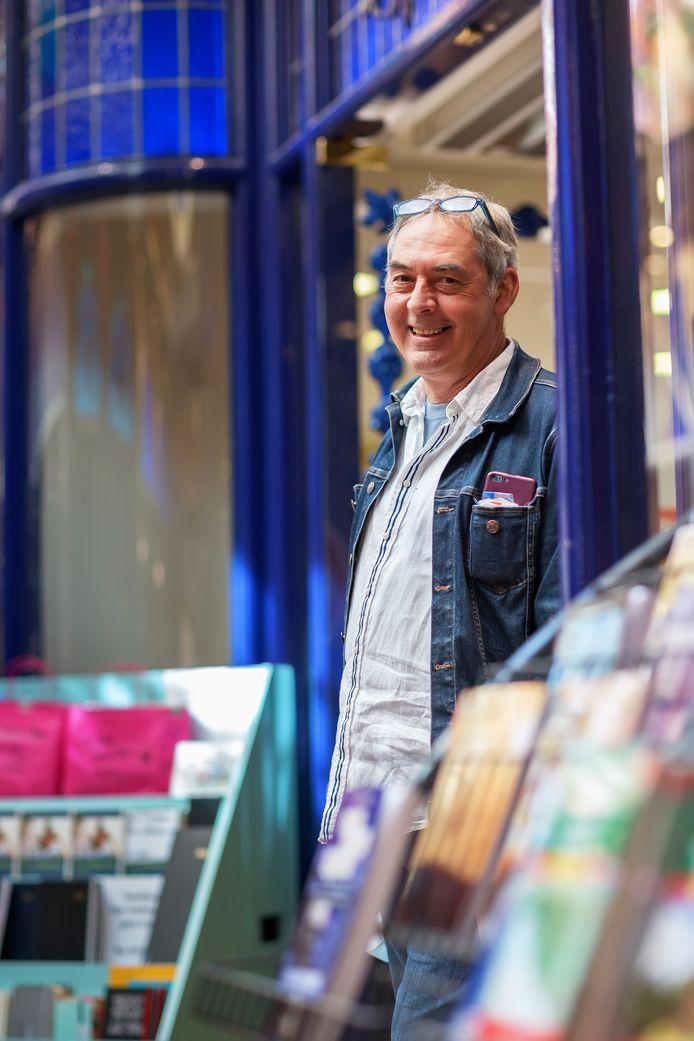 Ruud Verstraaten bij zijn winkel Het Verboden Rijk in de Passage.