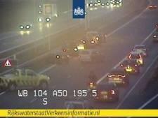 Ongeluk met aanhanger op de A50 bij Hoenderloo, lange file richting Arnhem