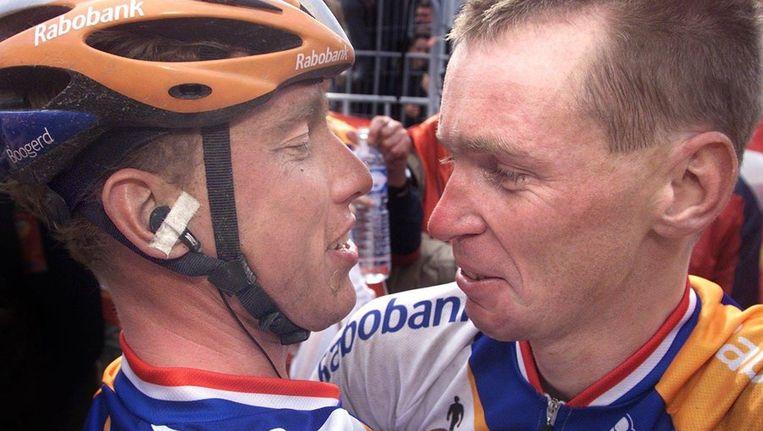 Boogerd (l) feliciteert Dekker met zijn zege in de Amstel Gold Race van 2001. Beeld anp