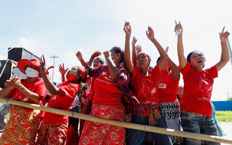 Aanhangers van de Nationale Liga voor Democratie (NLD) van Aung San Suu Kyi laten van zich horen in de hoofdstad Naypyitaw. Beeld Aung Shine Oo / AP
