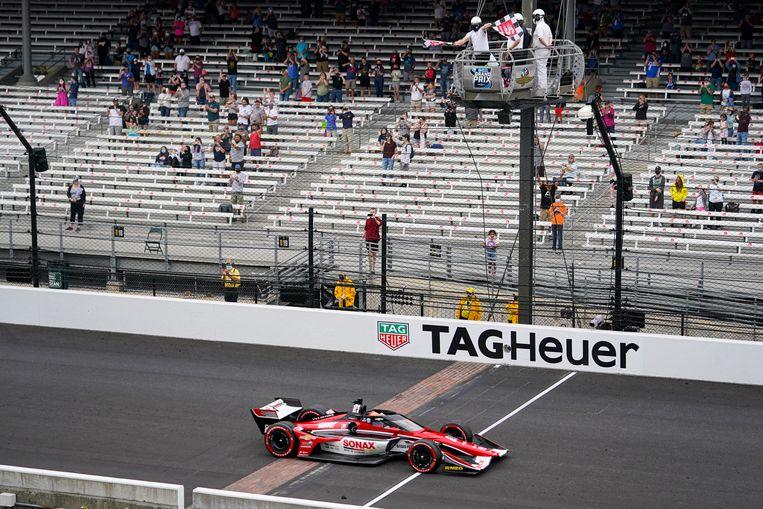 Rinus van Kalmthout, in Amerika bekend onder de bijnaam VeeKay, gaat als eerste over de finish op het circuit van Indianapolis. Over twee weken is op de kombaan van het circuit de Indy 500.   Beeld AP