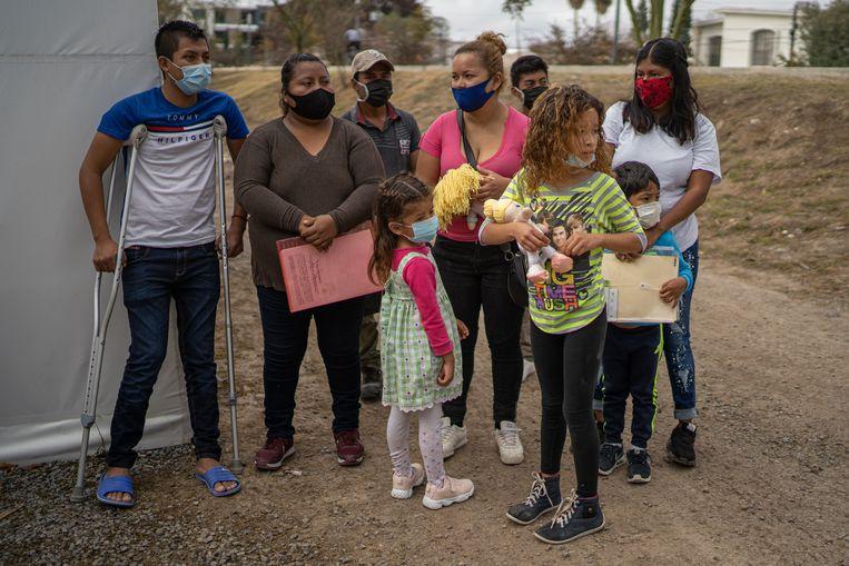 Een groep Guatemalteekse asielzoekers staat al klaar om straks de vrijgekomen plekken in het kamp in te nemen.  Beeld Alejandro Cegarra