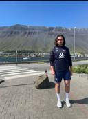 Steven van Dijk voor de bergen van IJsland, waar achter elke berg een dorpje ligt.