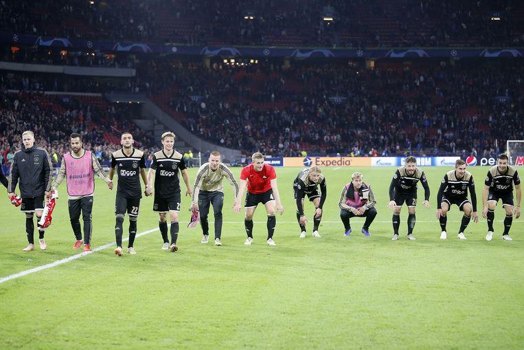 Ajax viert de 1-0 van Noussair Mazraoui tijdens Ajax - Benfica. Beeld ANP Pro Shots