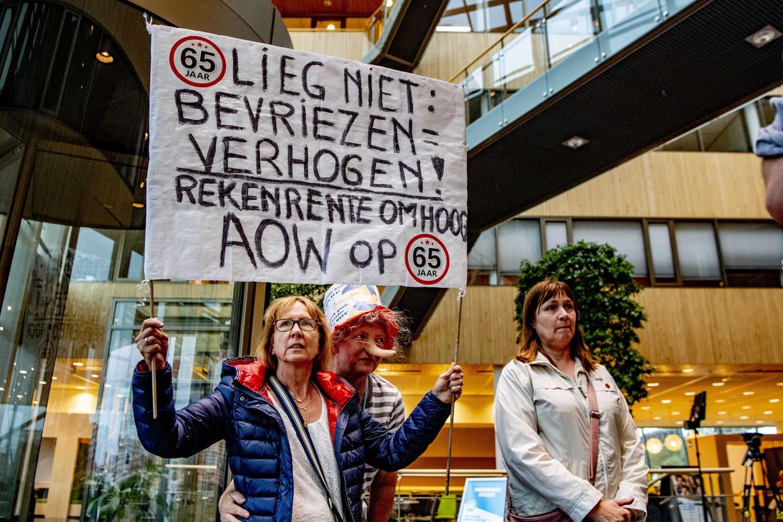Demonstratie in het gebouw van de FNV. Leden van FNV bij het Centraal Vakbondshuis na afloop van de stemming over het principeakkoord.  Beeld ANP