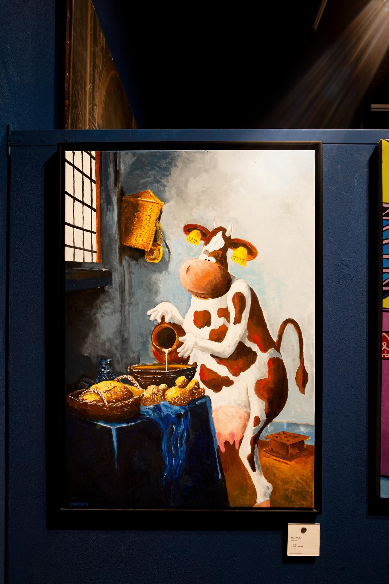Het melkmeisje van Hans Mader. Hans Mader vertelt over schilderijen in het stripmuseum in Groningen. Mader maakt zelf cartoons en schilderijen. Beeld Pauline Niks