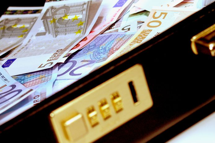 stockadr koffer geld criminaliteit losgeld betaling cash transactie euro briefgeld biljet eurobiljet