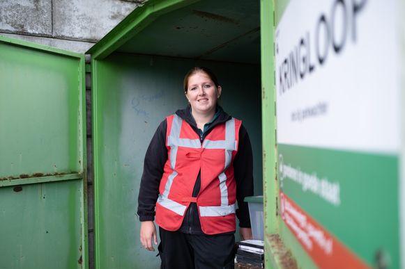 Hergebruikparkwachter Brenda Melis moet ervoor zorgen dat meer spullen in de kringloopcontainer belanden.