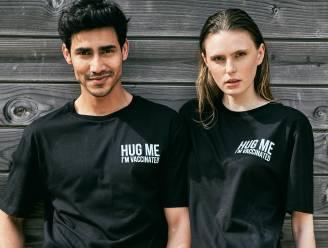 """""""Hug me, I'm vaccinated"""": Belgisch merk komt met de perfecte post-corona T-shirts"""