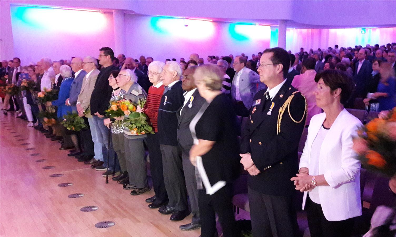 De gedecoreerden van Tilburg en hun partners zaten in de Concertzaal op de eerste rij.