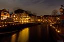 Lichtjes twinkelen langs het water tijdens het jaarlijkse evenement Kaarslicht in Vreeswijk.