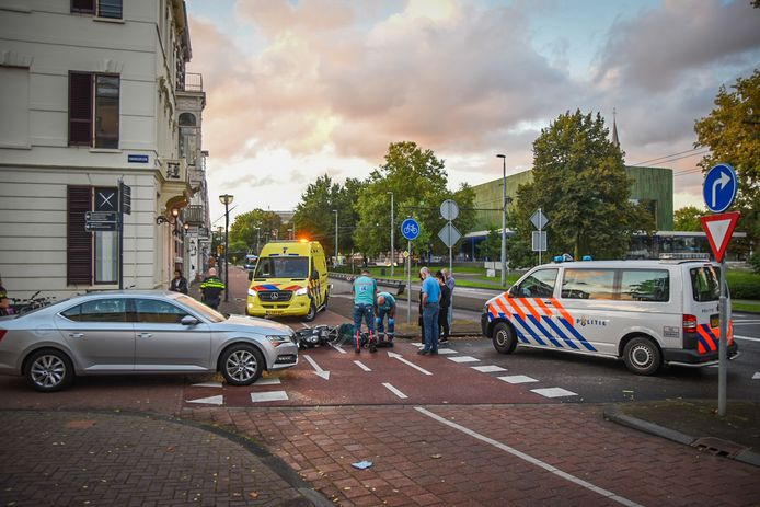 Het ongeluk op de Velperbinnensingel in Arnhem tussen een scooterrijder en een automobilist