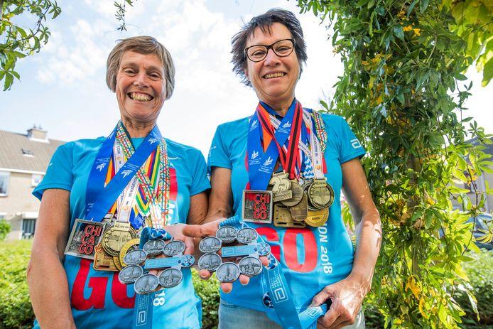 De Westlandse dames Rianne Ammerlaan (l) en Riny van Zeijl hebben een Six Star medaille in ontvangst mogen nemen omdat ze onder meer de marathon van Berlijn, Londen, New York, Boston, Tokyo en Chicago hebben gelopen.