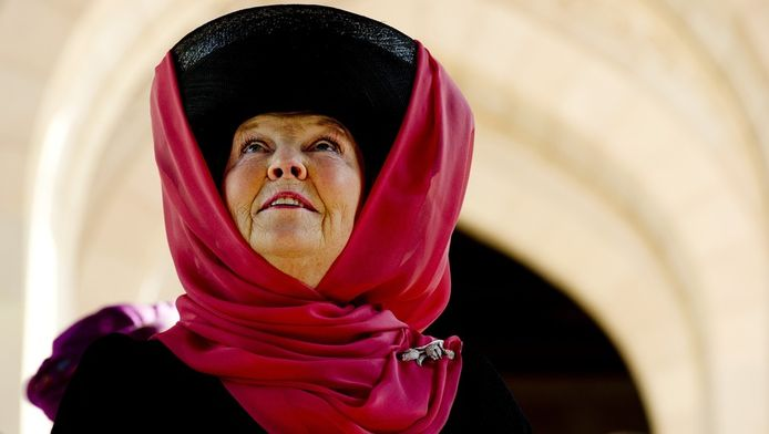 Koningin Beatrix tijdens haar bezoek aan de grote moskee van Oman.