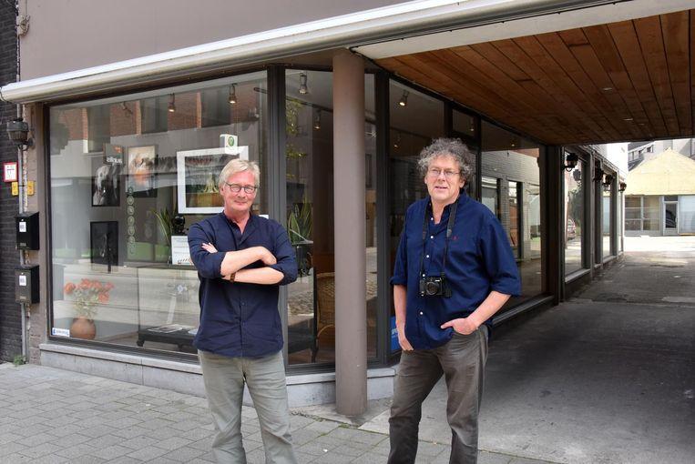 François Peeters (r.) en zijn opvolger Luc Adriaenssen bij de nieuwe winkel.
