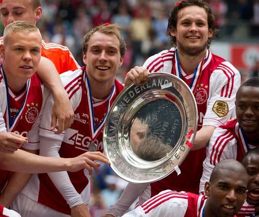 Christian Eriksen (m) en Daley Blind (r) vieren de 32ste landstitel van Ajax.