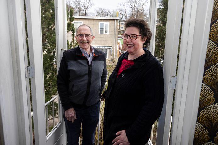 Chris en Sandy van Rooij hebben vanaf het balkon van hun wisselwoning rechtstreeks zicht op het huis waar ze een halve eeuw hebben gewoond.