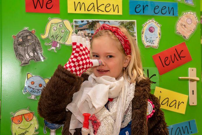 20210212 - BERGEN OP ZOOM  - Pix4Profs/Tonny Presser -   Kaira uit groep 3 - Op basisschool De Aanloop gaan kinderen aan de slag met het kindervastenavendboekje. Kinderen komen verkleed naar school.