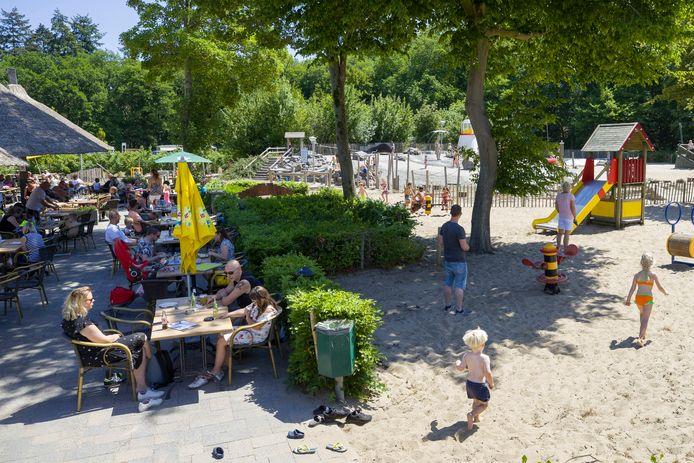 Het mooie weer lokte gisteren veel mensen naar buiten. Het is ondanks alle maatregelen gezellig druk op het terras en in de speeltuin bij Brasserie Het Genieten in Kaatsheuvel.