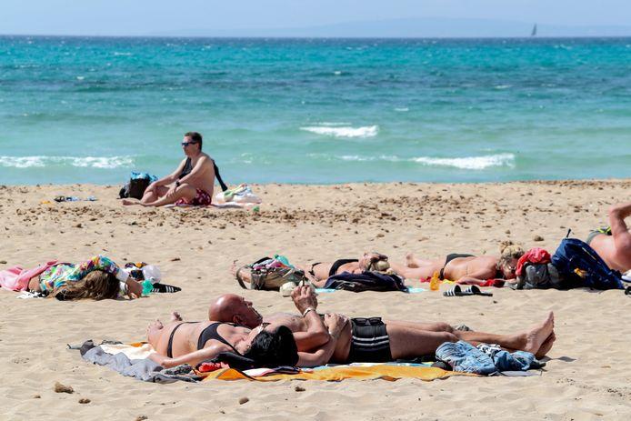 Op het strand van Palma de Mallorca liggen er sinds enkele weken opnieuw overwegend Duitse toeristen