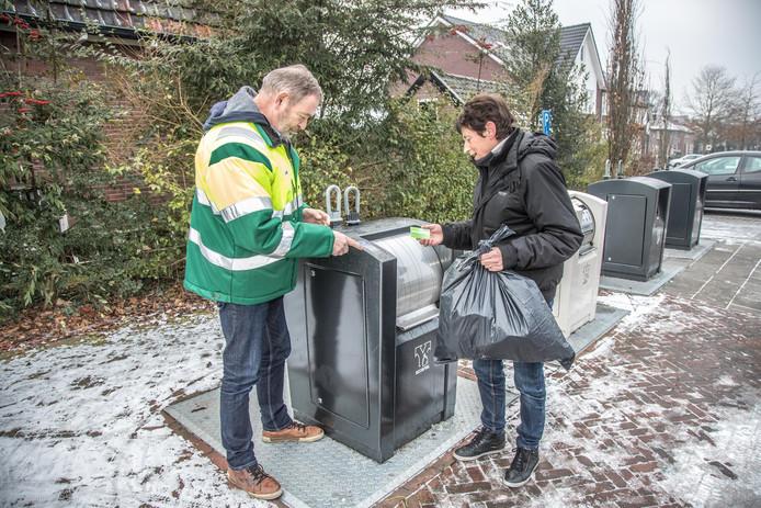 Sinds inwoners van de gemeente Olst-Wijhe hun restafval kunnen storten in ondergrondse containers, besparen ze samen nog meer dan voorheen. Ze betaalden in 2017 gemiddeld 28 euro minder per huishouden dan het jaar daarvoor.