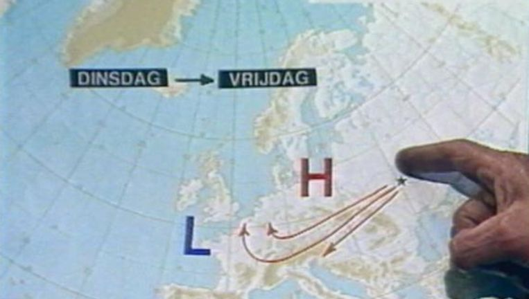 Armand Pien tijdens zijn weerpraatje van 2 mei 1986. De pijlen laten zien hoe de radioactieve wolk alsnog van zijn route afweek en richting België dreef. Beeld UNKNOWN