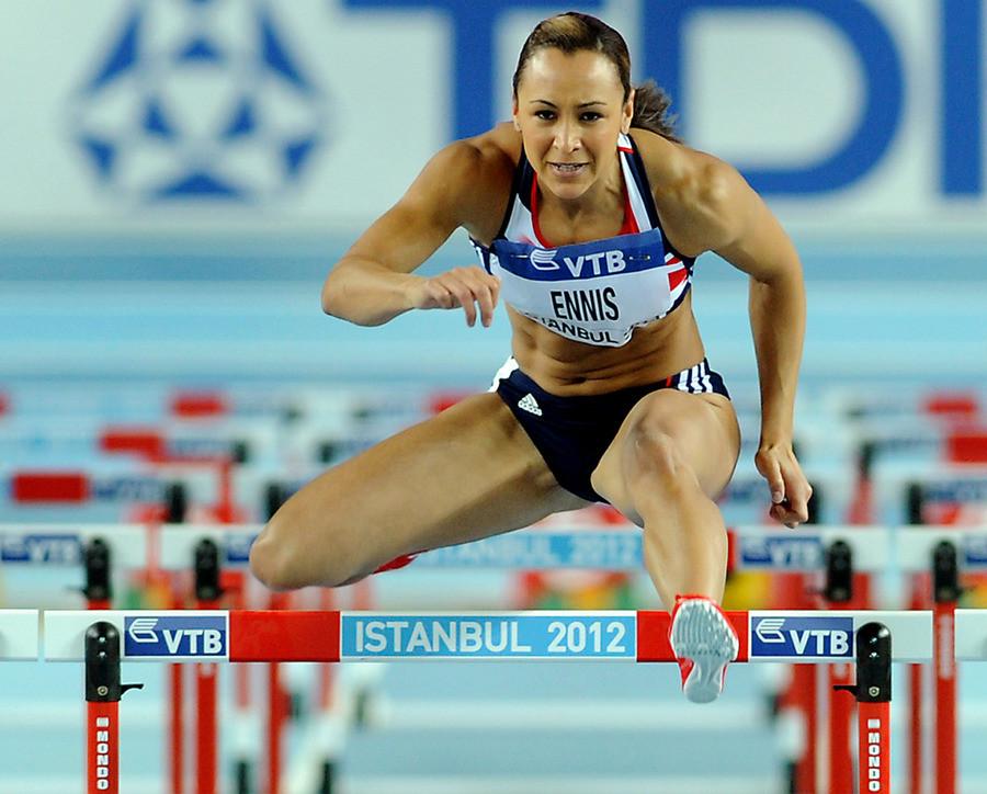 De gespierde benen van de Britse hordeloopster Jessica Ennis.