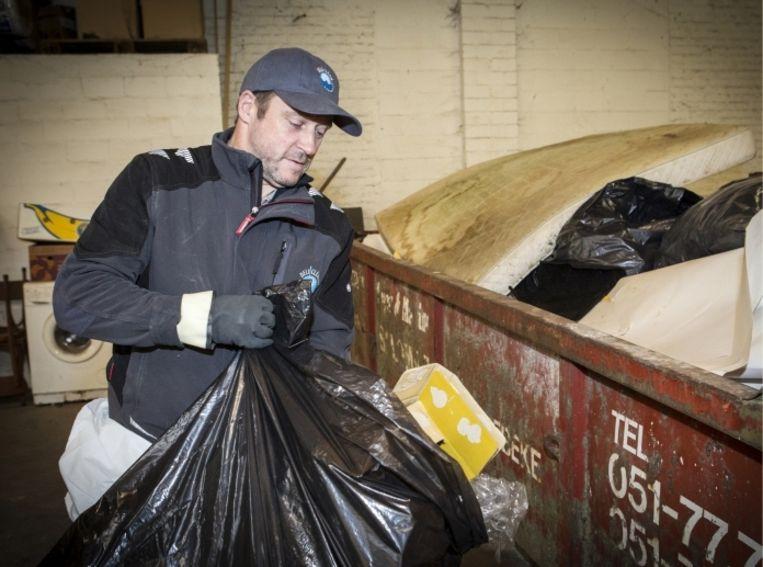 'Jos Geldhof stond model voor een personage in een roman van Tom Lanoye: 'Die passage in het boek waarin 60 ton vuilnis uit één huis wordt gehaald? Dat is echt gebeurd' Beeld